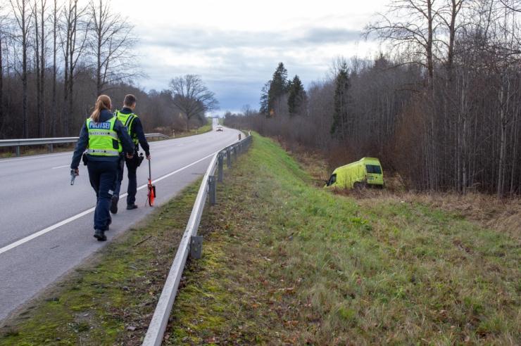 Purjus naine kihutas Järvamaal autoga vastu puud