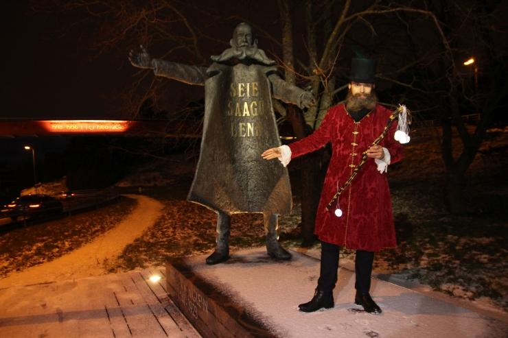 VIDEO! Kodanikupäeval jagas Nõmmel helkureid Nikolai von Glehn