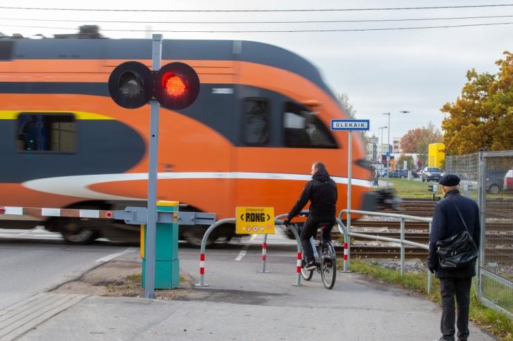 Jõulukampaania juhib tähelepanu nutitelefonilt turvalisele raudtee ületamisele