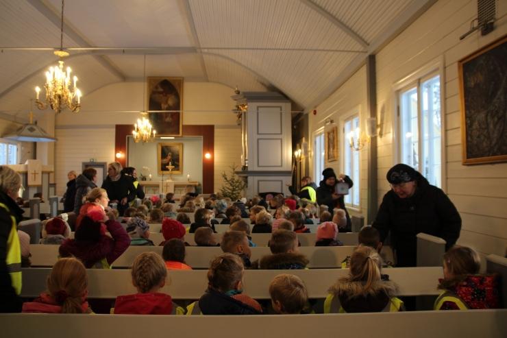 Nõmme lasteaedade lapsed süütasid advendiküünla Nõmme Rahu kirikus