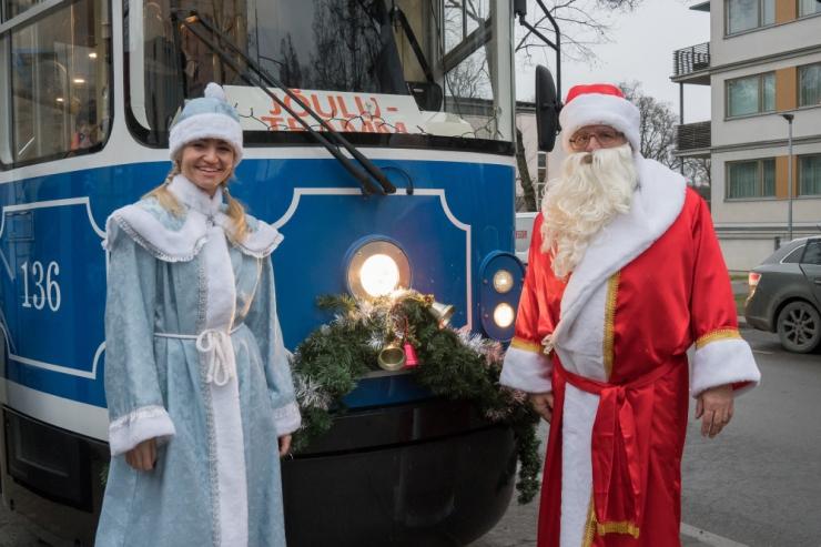 Jõulutrammis tervitavad pühade ajal lapsi jõuluvana koos päkapikkudega