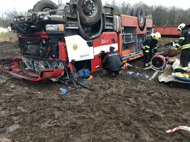 Väljakutsele reageerinud päästeauto sõitis teelt välja ning rullus üle katuse