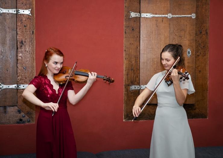GALERII! Raekoja saalis kõlasid ligi 250 aasta vanused viiulid