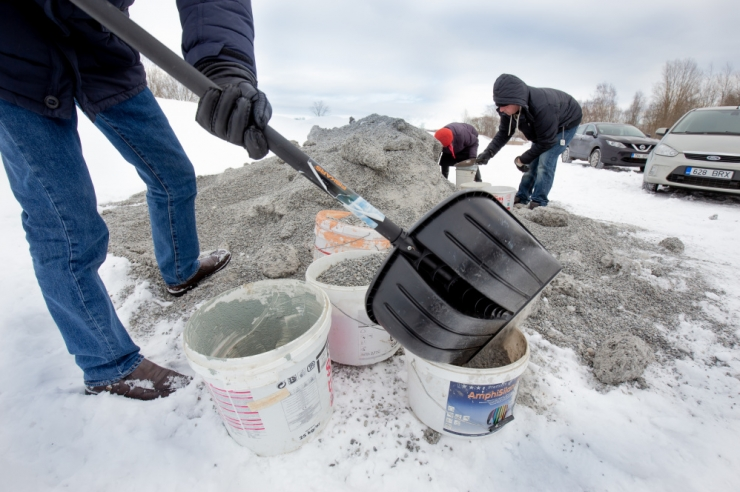 Nõmmel on jagatud libedusetõrjeks üle 23 tonni graniitsõelmeid
