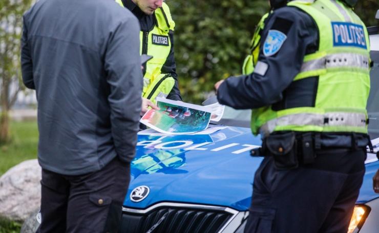Juhtimisõiguseta purjus mees sõitis autoga maha eramaja aia