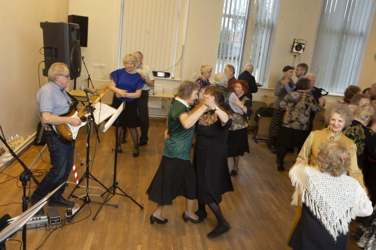 VIDEO JA FOTOD: Kristiine populaarsed eakate tantsu neljapäevakud alustasid uut hooaega