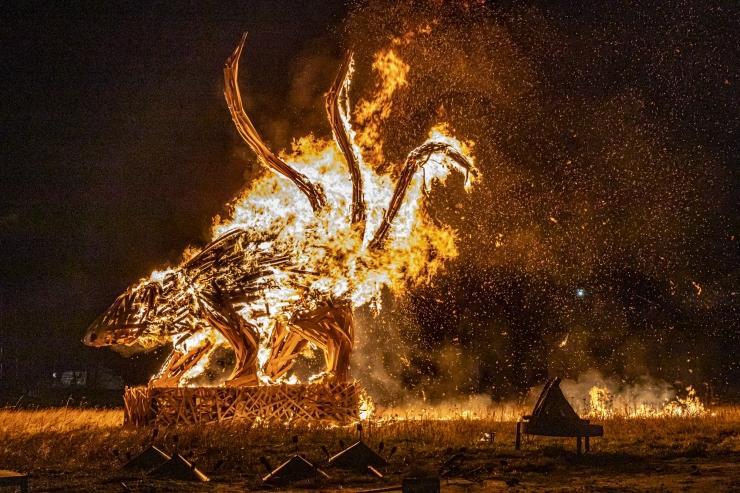 VIDEO JA FOTOD! Põhja-Tallinn tähistas Metallroti aasta saabumist tuleskulptuuri põletamise ja kuuselõkke süütamisega