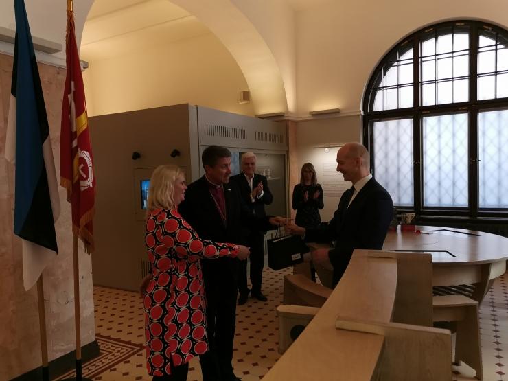 Toomkooli esmamainimise aastapäeva puhul esitleti K. E. von Baerile pühendatud väärtasja