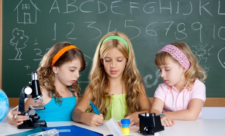 Kas väikeste laste hindamine koolikatsetega on jõhker või hoiab klassi taseme ühtlasena?