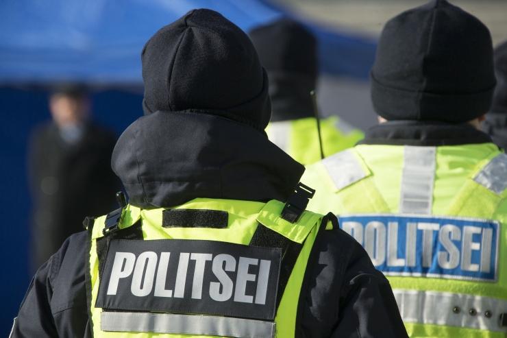 Narkoäris kahtlustatav sõitis otsa kahele politseinikule