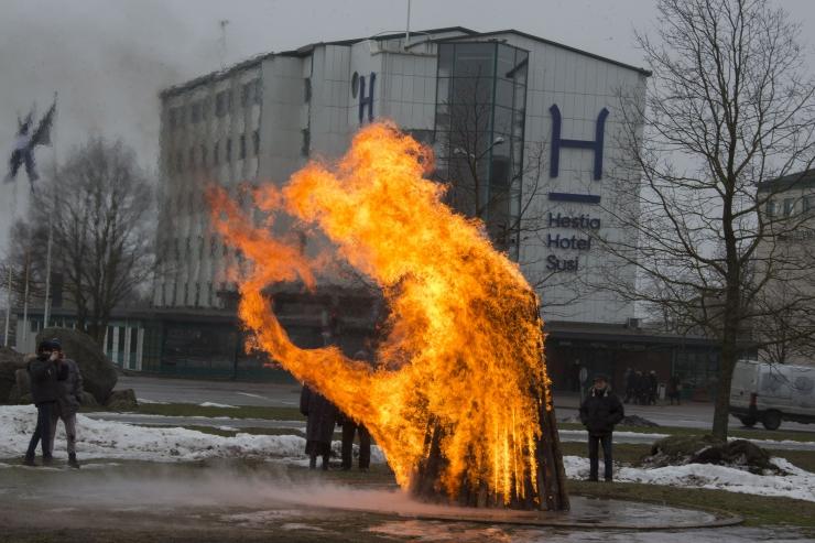FOTOD! Vabariigi aastapäeval süüdati Jüriöö pargis vabaduse lõke