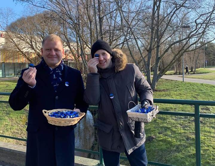 Pirital jagati Eesti sünnipäeval komme ja rinnamärke