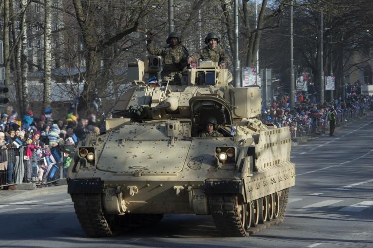 FOTOD! Riigi 102. aastapäeva paraad tõi kohale võimsad lahingumasinad