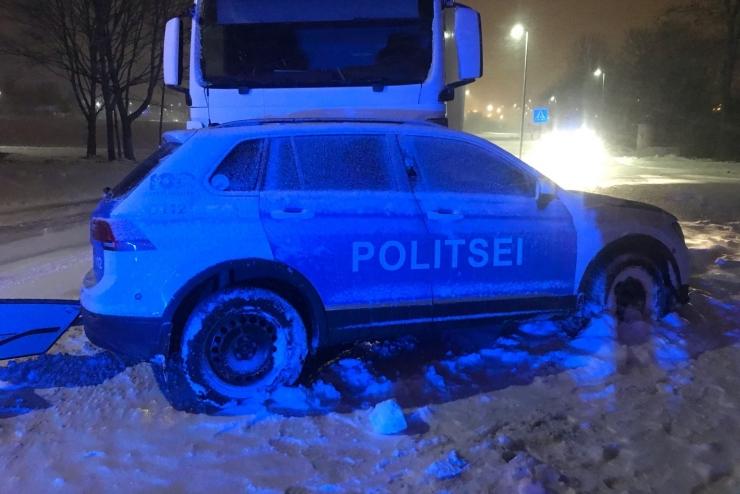 Liiklusõnnetuses sai viga tööülesandeid täitnud politseinik