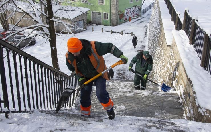 Katused ning kõnniteed tuleb puhastada lumest ja jääst
