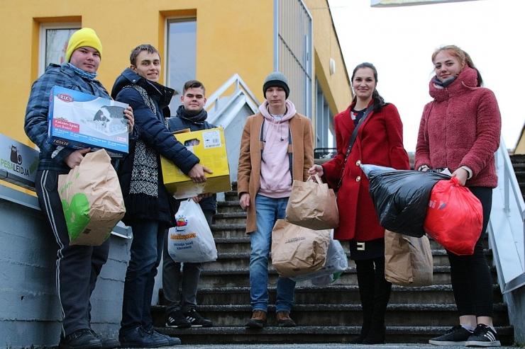Lasnamäe noored kogusid varjupaigaloomadele toitu