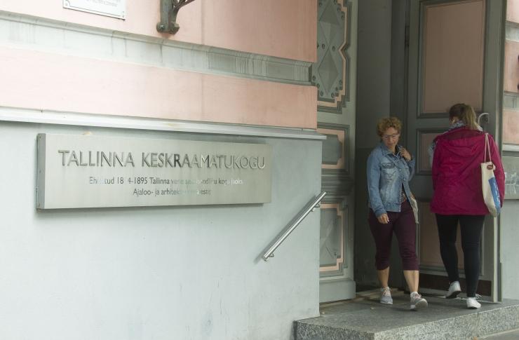 Tallinna Keskraamatukogu on külastajatele suletud, kuid pakub abi koolitööde tegemisel