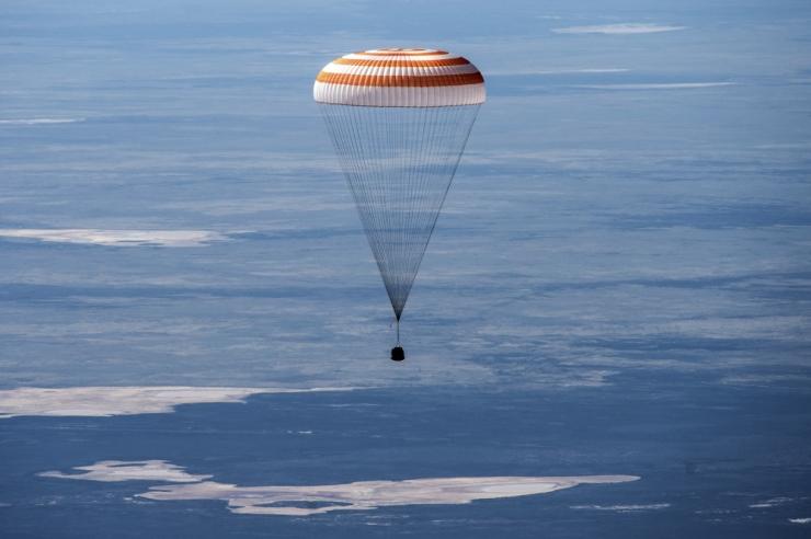 Kosmoselaev kahe ameeriklase ja ühe venelasega naasis edukalt Maale