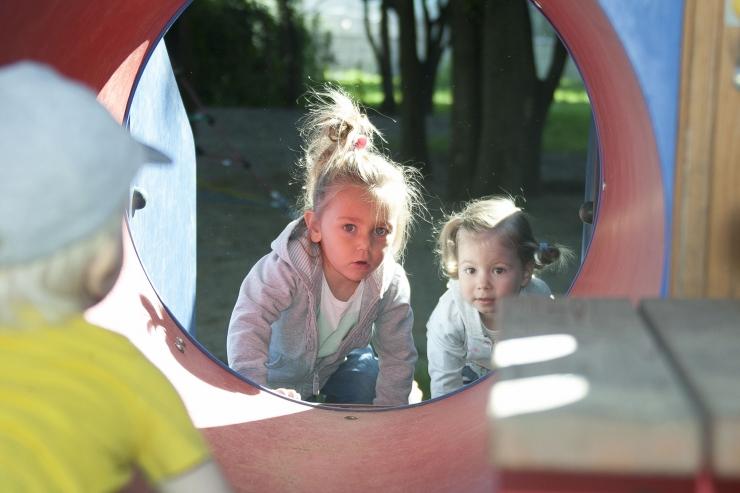 Homme õpetatakse lastele tubase takistusraja ehitamist