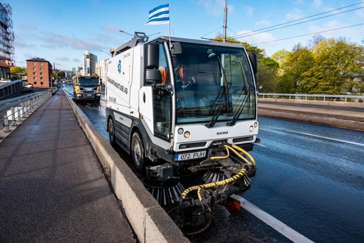 VAATA FOTOSID JA VIDEOT! Tallinna päev algas tänavapuhastusautode paraadiga