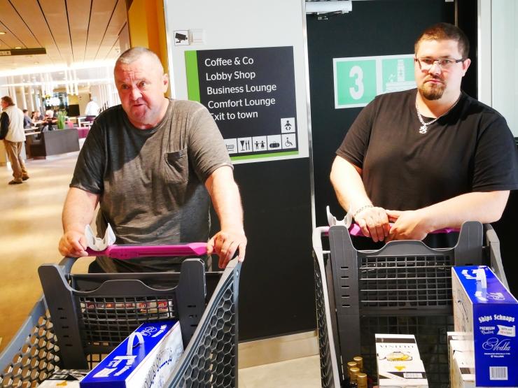 """FOTOD! Isa ja poeg Pentti ja Jani Koskinen Tallink Megastaril: """"Tulime ostma suveks jooke, sest nüüd saab jälle Eestisse"""""""