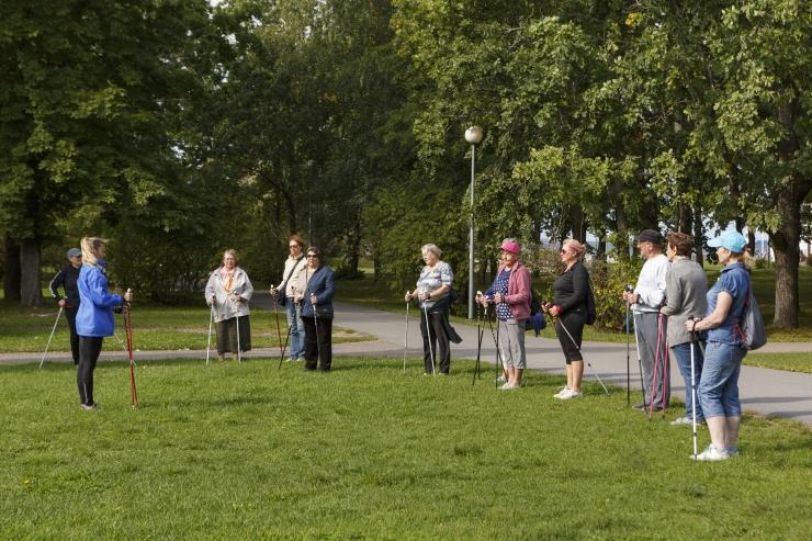 Tasuta Põhja-Tallinna kepikõnni treeninguid Stroomi rannas asub juhendama kogemustega triatlonist