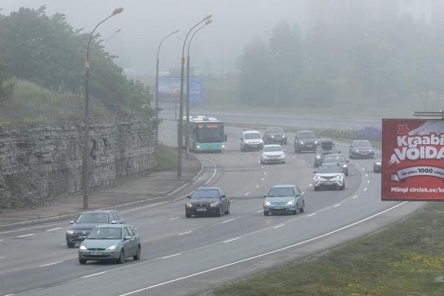 VIDEO! Linnapildis näeb siiani naelrehvidega sõitvaid autosid