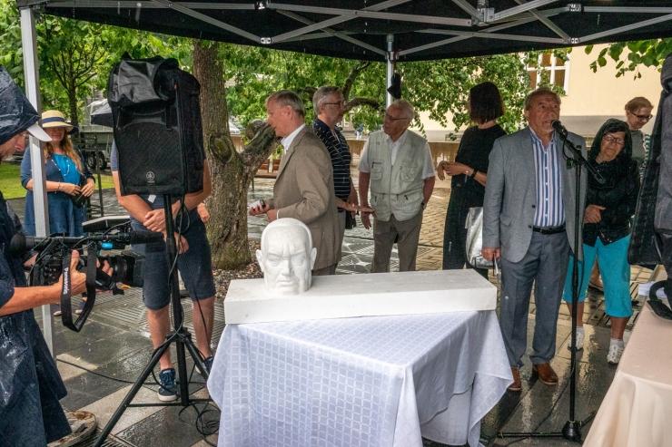 VIDEO JA GALERII! Estonia teatri kõrvale kerkib üleelusuurune Konstantin Pätsi pea
