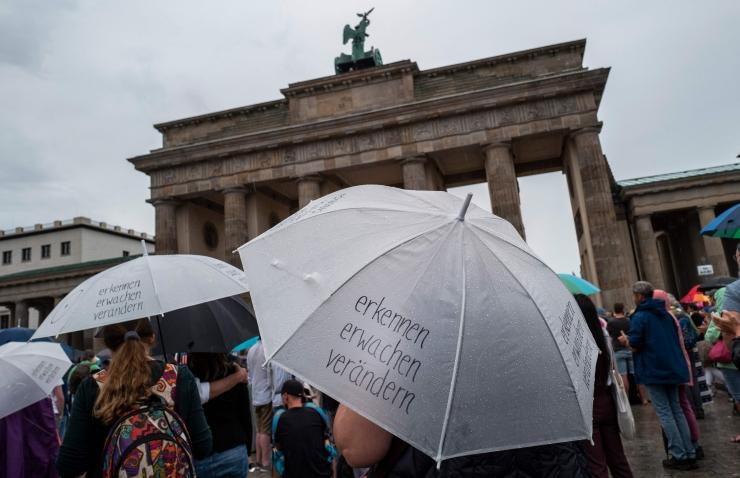 Saksa valitsus taunis viirusepiirangute rikkumist Berliini protestidel