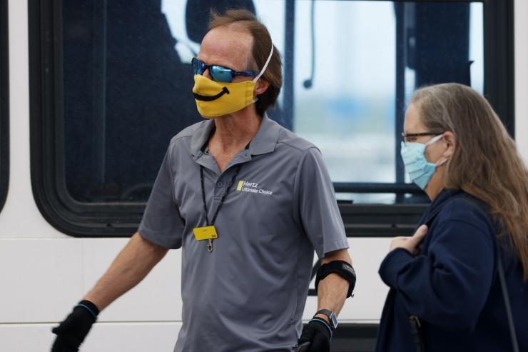 Kanna naeratust: Prantsusmaa ettevõte trükib maskidele naerunäod