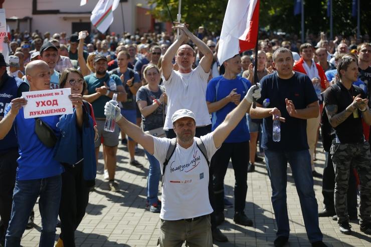 Valgevene töötajad protestivad Minski tehaste ja telemaja ees