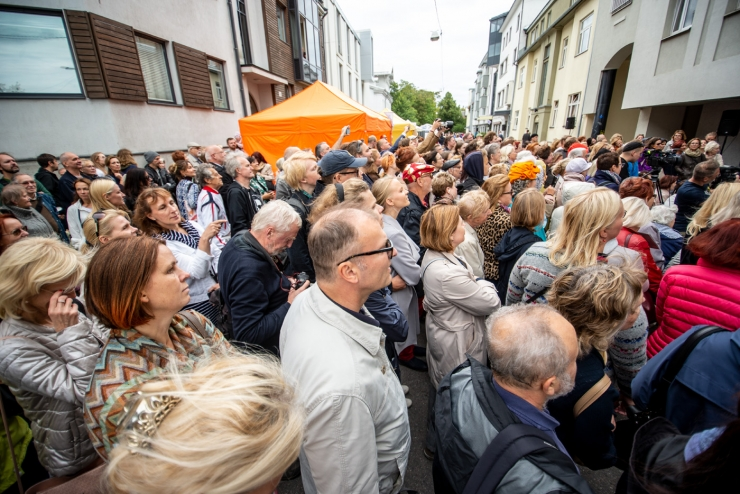 GALERII! Kirjandustänava festivalil avati mälestuspink Enn Soosaarele
