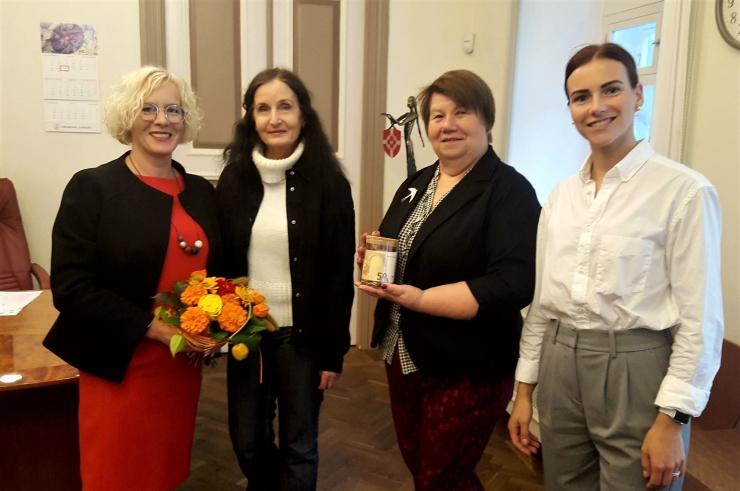 Tallinna naiste tugikeskus sai linlastelt annetuse