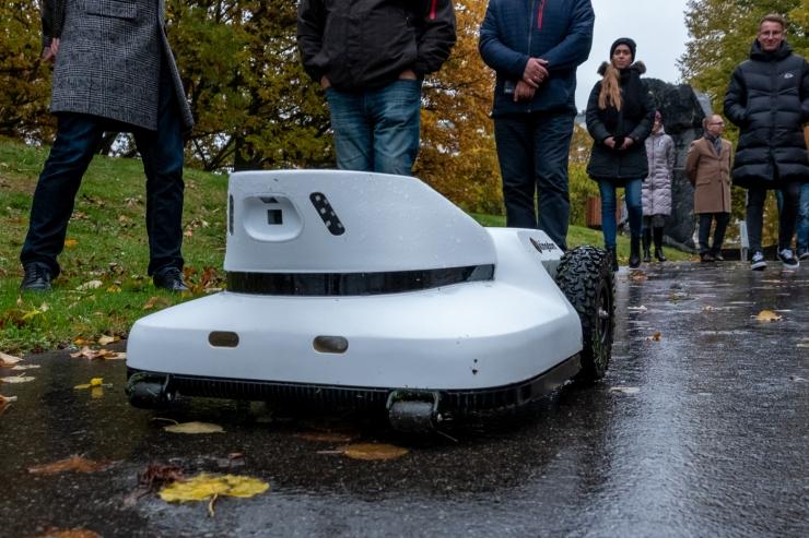 FOTOD JA VIDEO! Lauluväljakul katsetati täna maailma nutikaimat robotniidukit