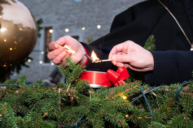 VIDEO JA GALERII! Raekoja platsi jõulupuul süttis esimene advendiküünal